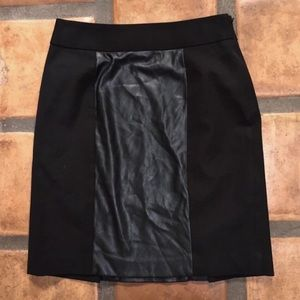 BANANA REPUBLIC BLACK FAKE/VEGAN LEATHER SKIRT 📷